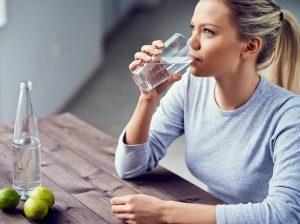 Manfaat Minum Air Putih Sambil Duduk